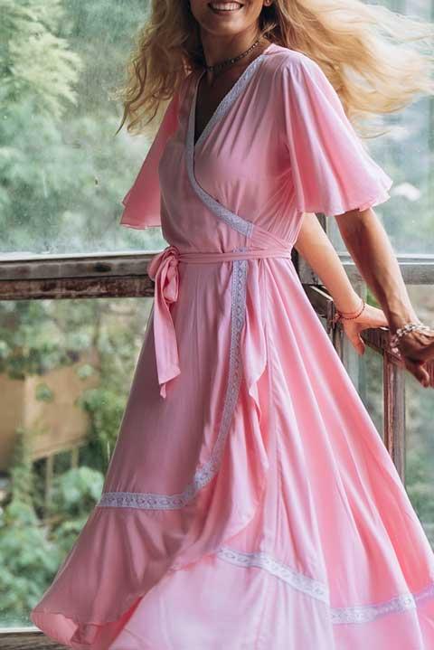 Розовое платье на запахе