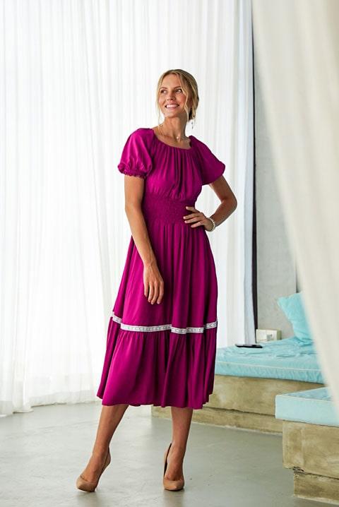 Купить темно-сиреневое платье ниже колен