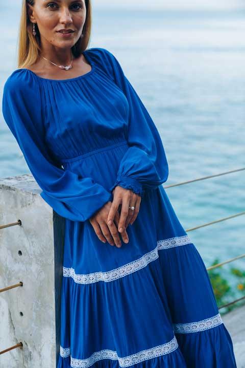 Синее платье ниже колен