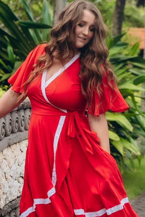 Красное платье на запахе с кружевом